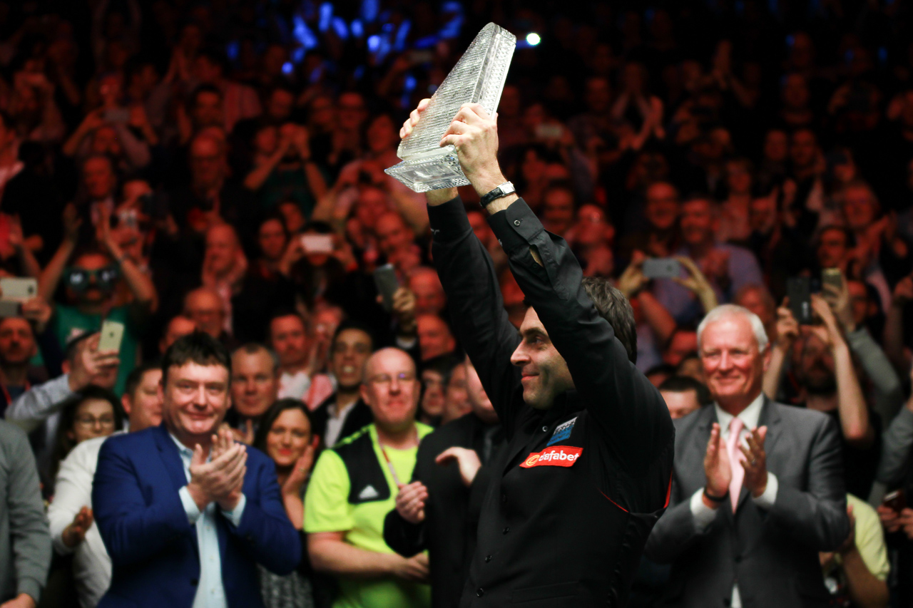 2016 Masters - Ronnie O'Sullivan lifts the trophy