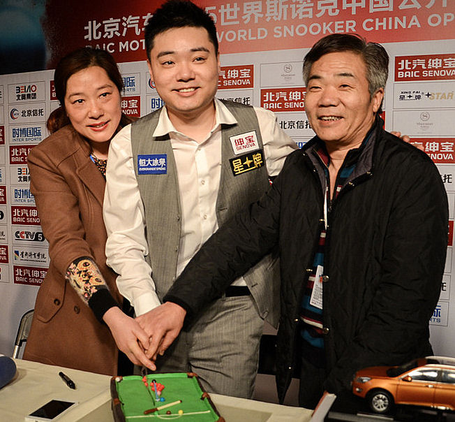 Ding with his parents at the 2015 China Open, celebrating his 28th birthday